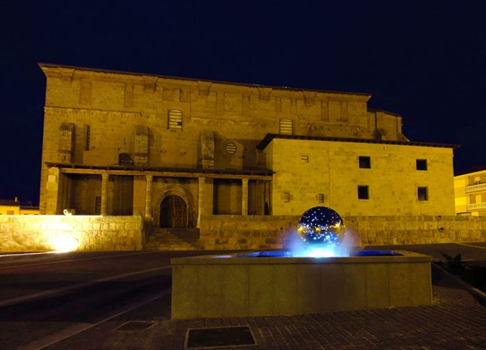 San Pedro Cultural Becerril de Campos. Exterior plaza iluminada. Palencia diferente
