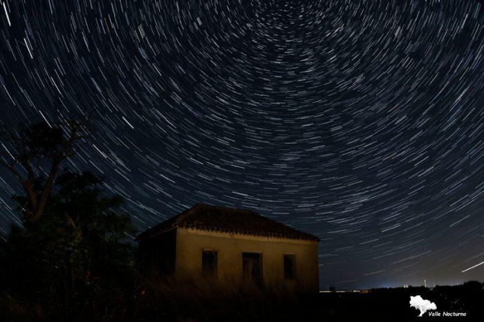 Fotografía nocturna de casa labriega y circumpolar, Palencia diferente