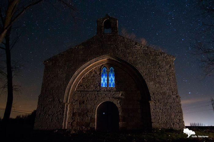 Fotografía nocturna de la Ermita de San Juan, Población de Campos. Palencia diferente