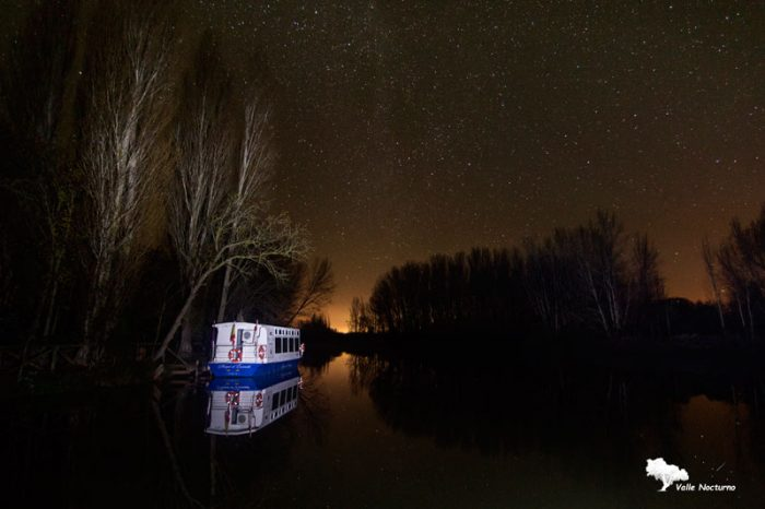 Fotografía nocturna. Barco fluvial, Marqués de la Ensenada, próximo a Herrera de Pisuerga. Palencia diferente