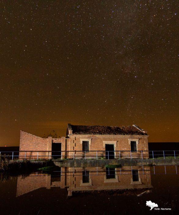 Fotografía nocturna. Casa del Esclusero, allí vivía el trabajador encargado de manejar las esclusas junto a su familia. Palenci