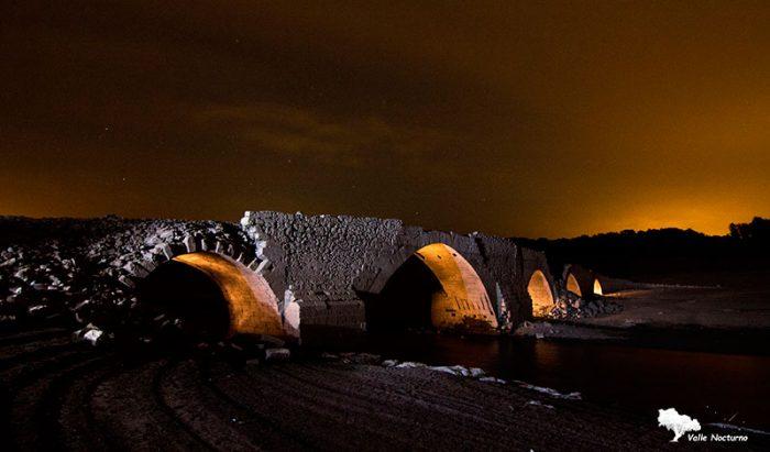 Fotografía puente medieval normalmente hundido bajo las aguas del embalse de Aguilar de Campóo, palencia diferente