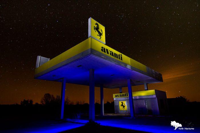 fotografía nocturna una vieja gasolinera abandonada, palencia diferente